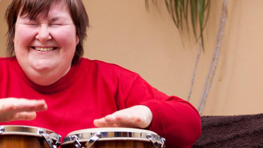 Mujer tocando un instrumento de percusión