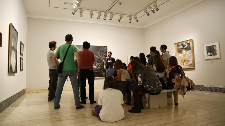 Jóvenes sentados en el museo