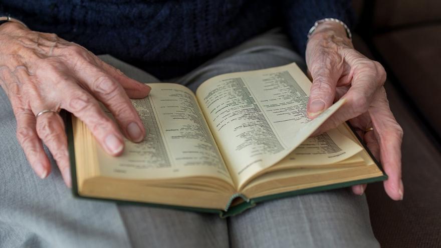 Manos de mujer mayor, libro