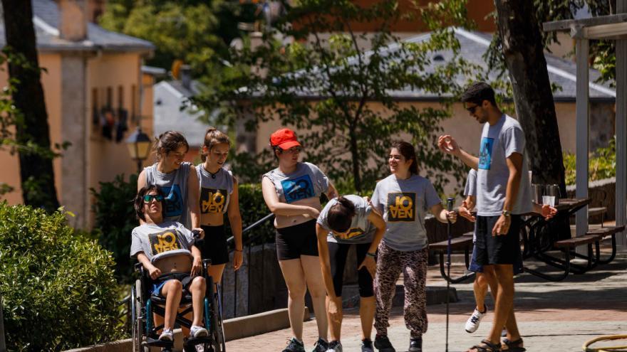 Grupo de jóvenes caminando