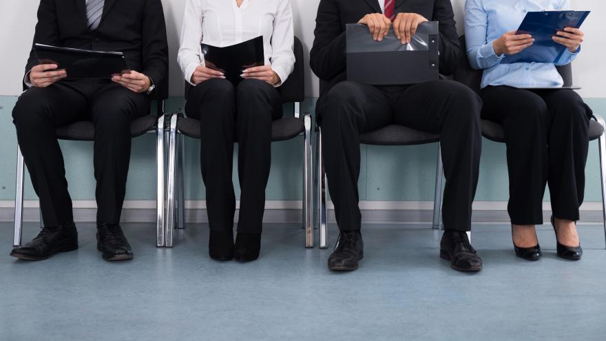 Cuatro personas sentadas esperando en entrevista de trabajo