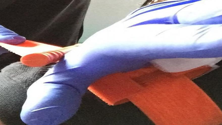 Manos con guantes azules realizando un torniquete