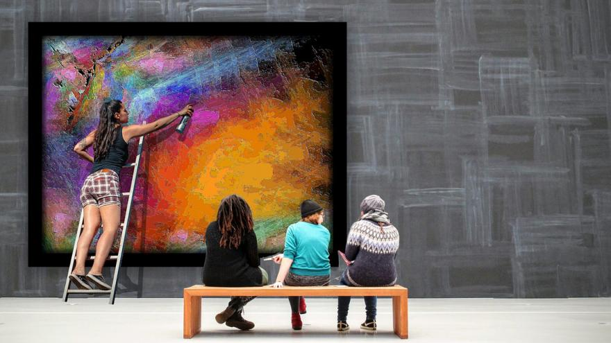 Jóvenes de espaldas contemplando cuadro