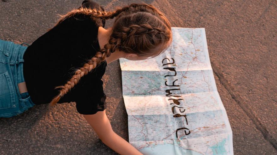 Chica joven mirando mapa