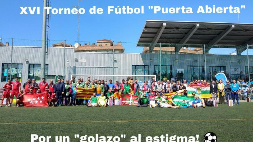 """Foto de grupo de todos los equipos participantes en el XVI Torneo """"Puerta Abierta"""""""