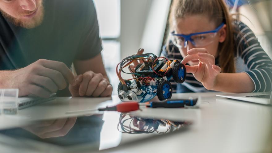 Jóvenes con robot
