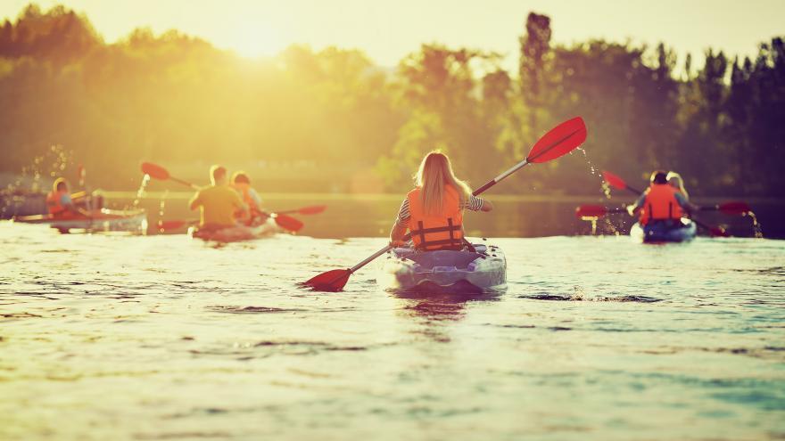 Jóvenes practicando kayak