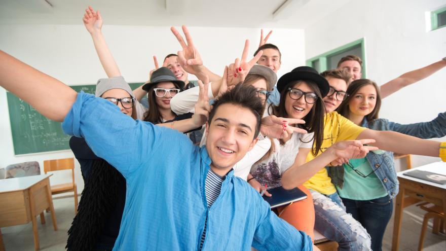 Imagen de chicos y chicas jóvenes en clase