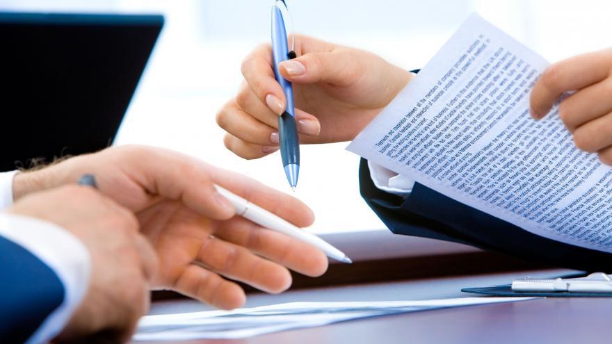 manos en reunion trabajo