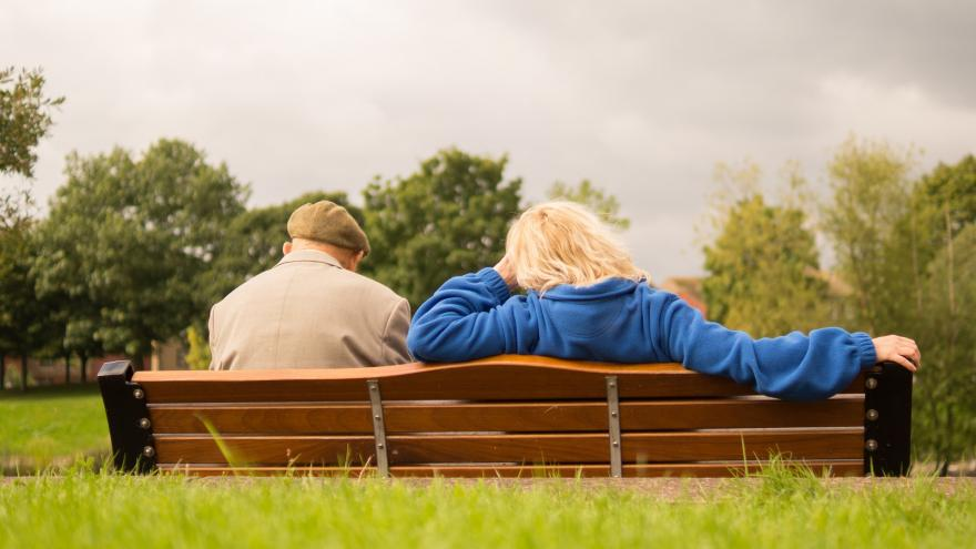 Mayores sentados en un banco