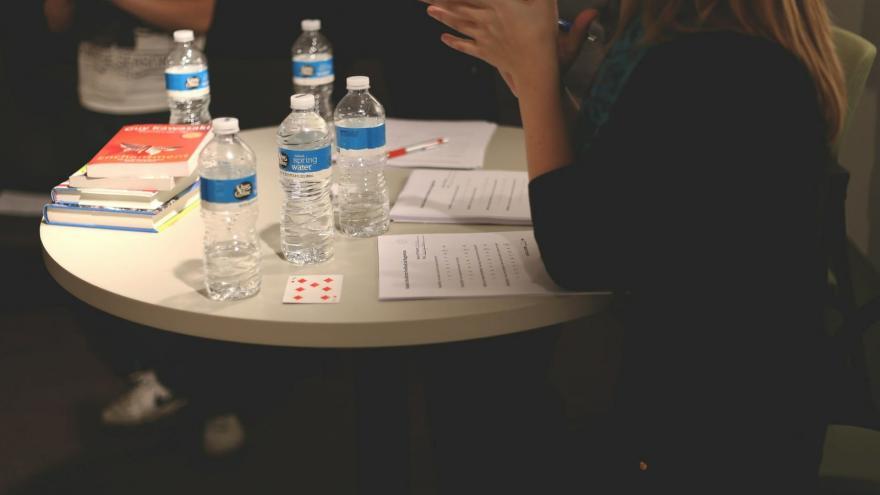 Joven con cuestionario en mesa