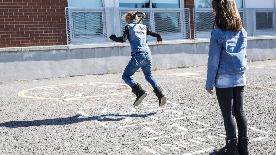 Dos niñas jugando en el patio de colegio