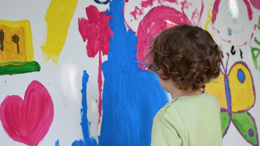 Niño dibujando en horizontal