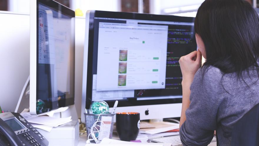Persona delante de un monitor de ordenador