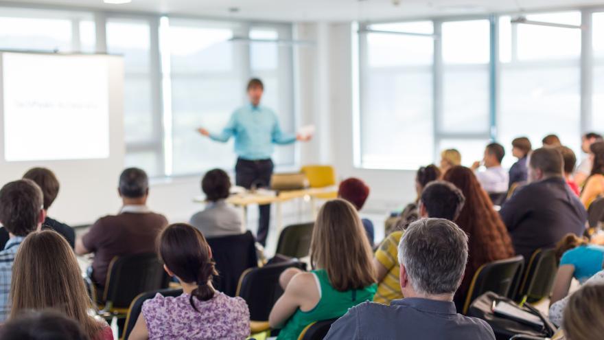 Profesor explicando una clase
