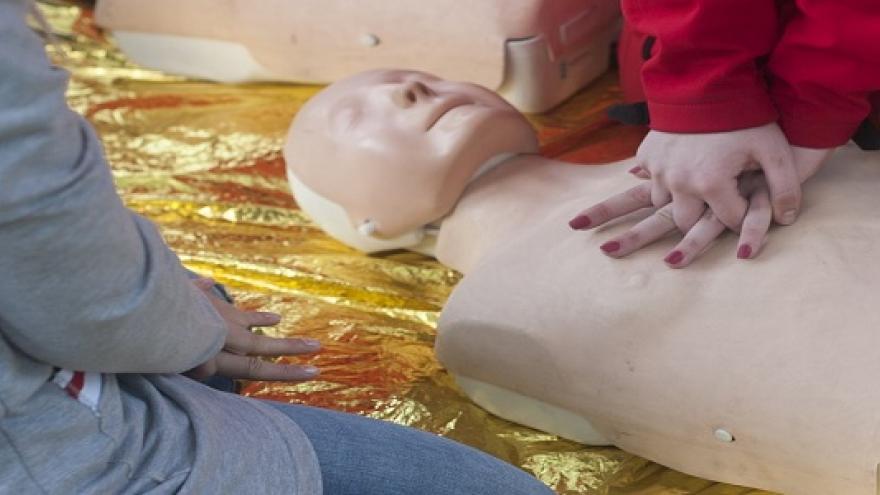 Dos personas realizando técnicas de reanimación sobre un maniquí