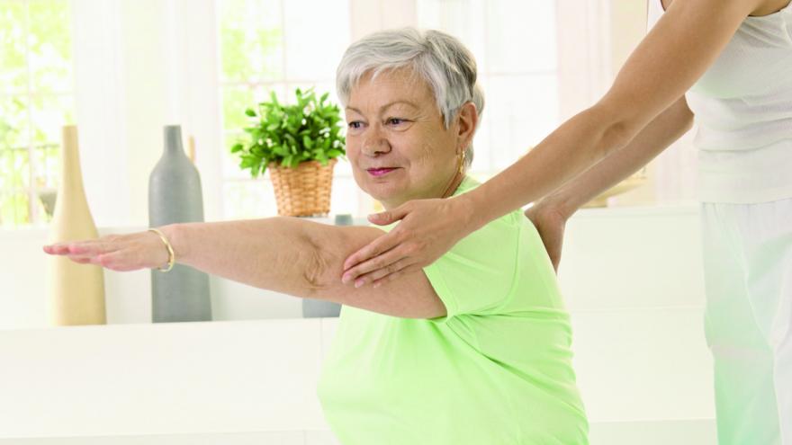 Mujer moviendo brazos