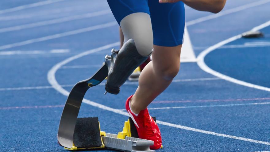 Una persona con discapacidad corriendo en una pista de atletismo