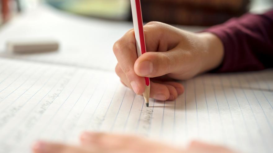 Niño escribiendo en el colegio