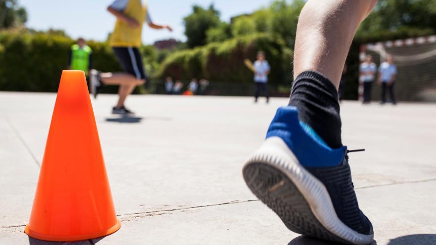 Un niño corre durante un ejercicio de educación física