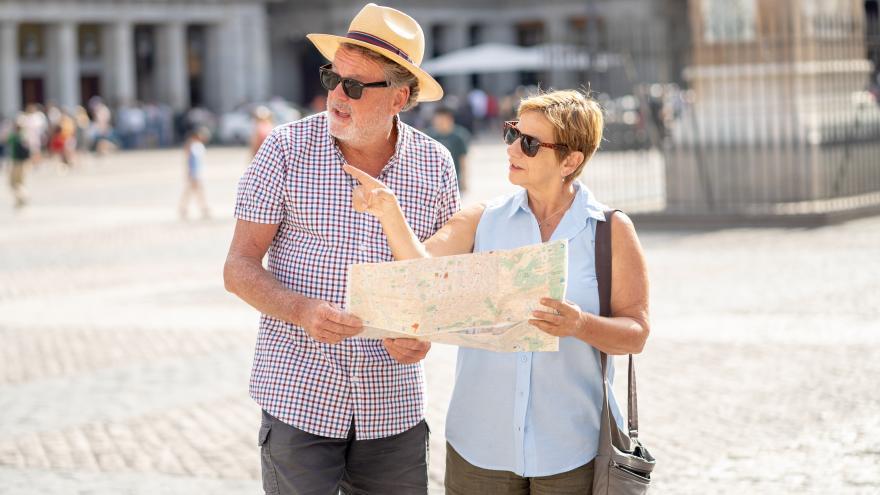 Dos turistas consultando un mapa en la Plaza Mayor de Madrid