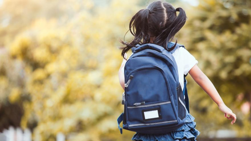 Una niña corriendo