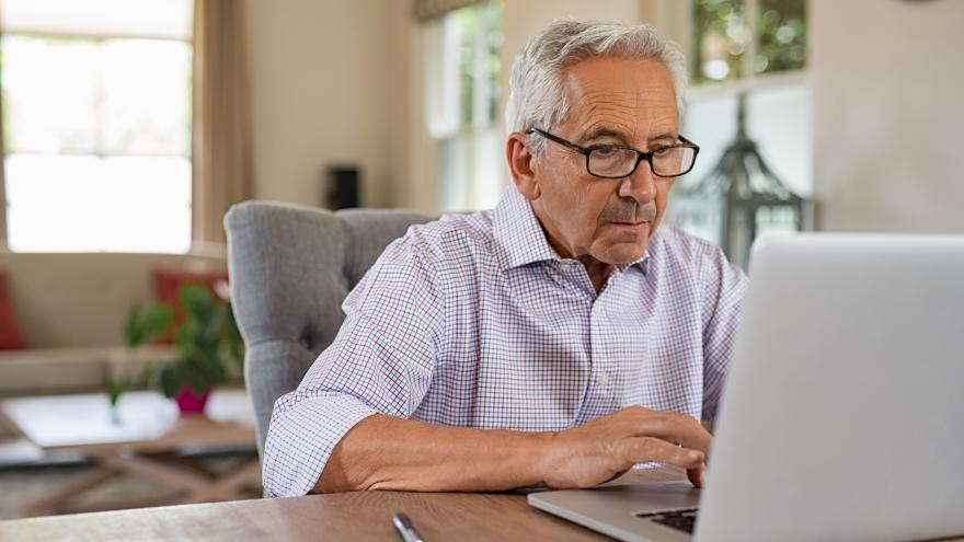 Un señor frente al ordenador