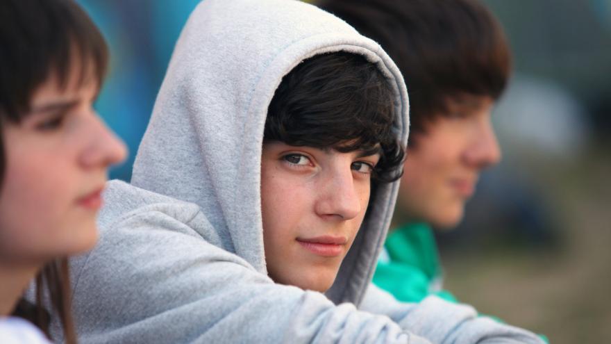 Tres adolescentes sentados