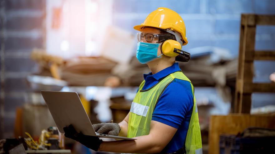 Un trabajador cumpliendo las medidas de seguridad laboral