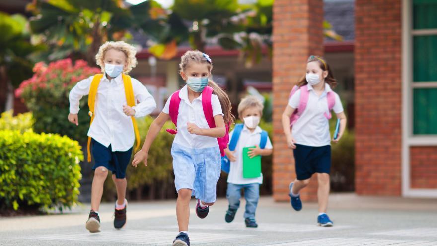 Niños corriendo con mascarilla