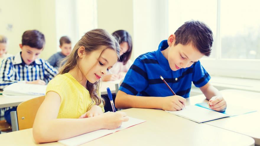 Alumnos en clase haciendo una prueba