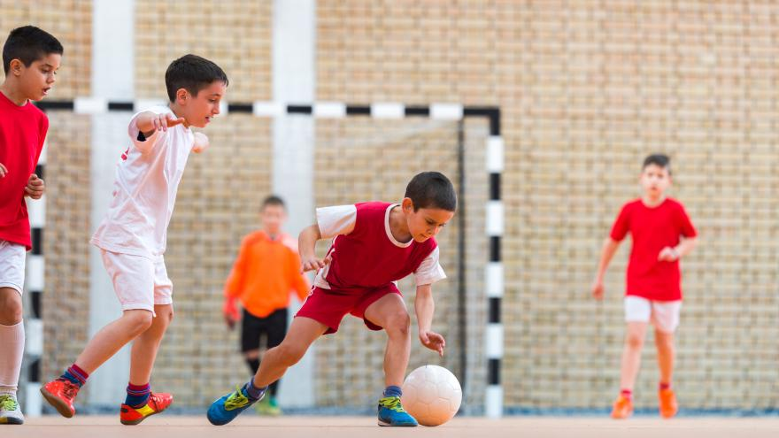 Imagen de niños jugando al fútbol