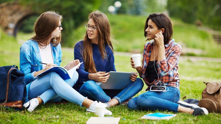 Universitarias estudiando en un parque