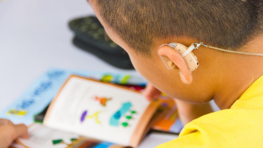 Un niño con sonotone en el colegio