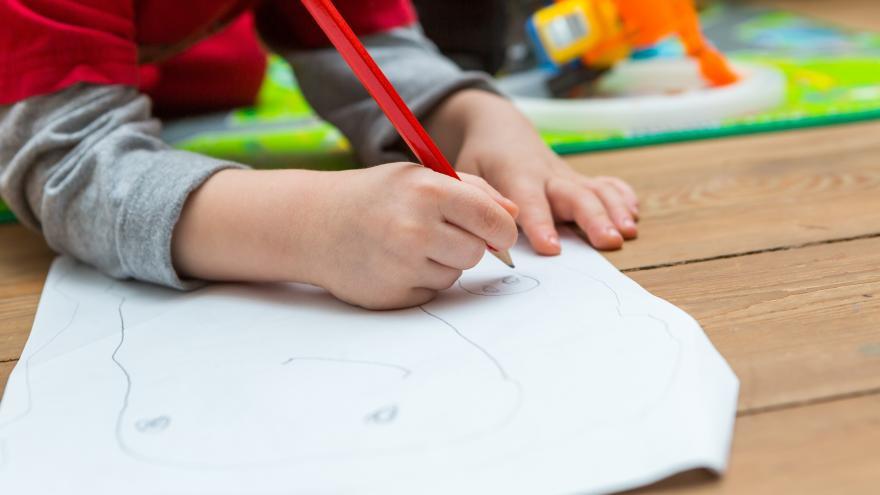 Niño dibujando en una clase