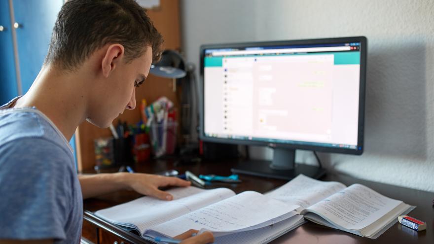 Un joven frente al ordenador