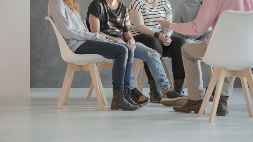 Jóvenes durante una terapia de grupo