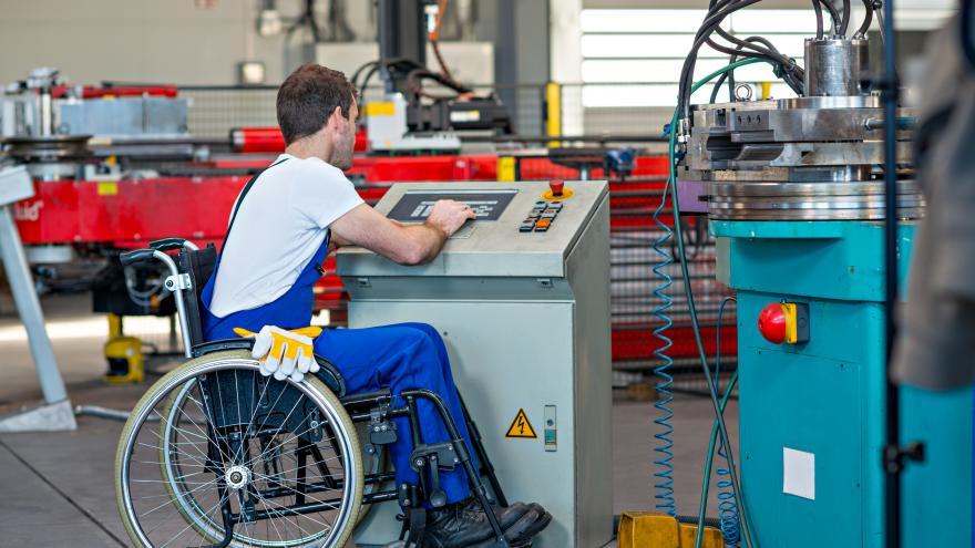 Trabajador discapacitado en silla de ruedas