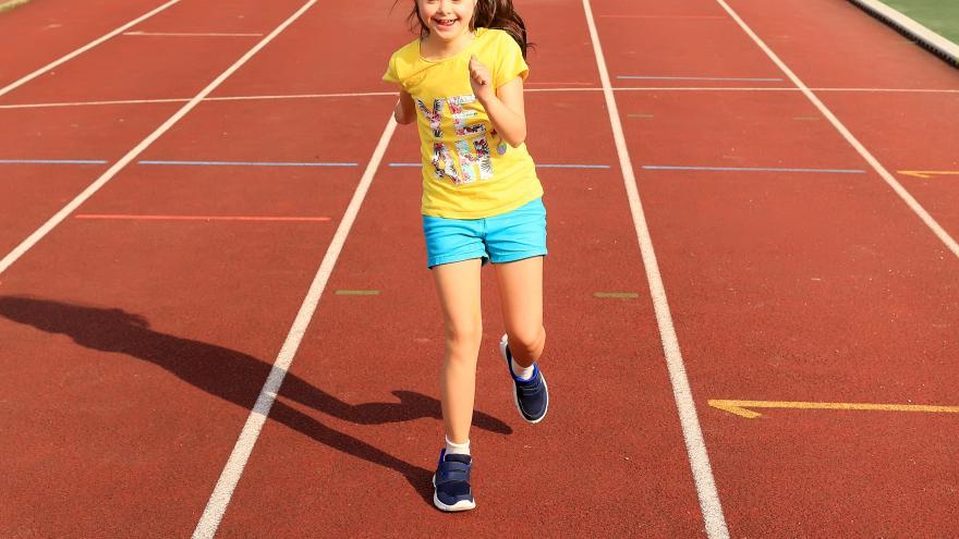 Adolescente con síndrome de down, haciendo deporte