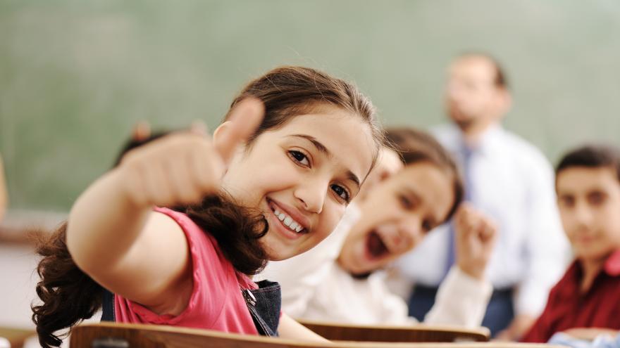 Grupo de jóvenes en el instituto