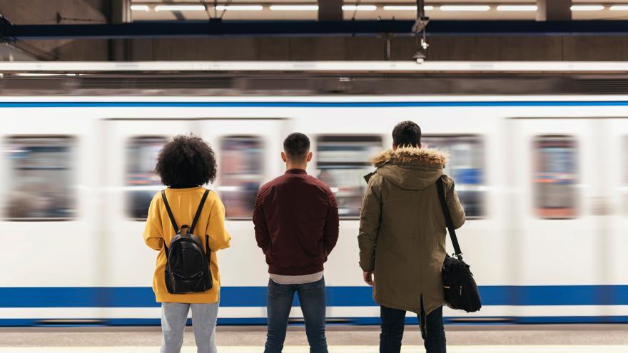 Grupo de jóvenes esperando a Metro de Madrid