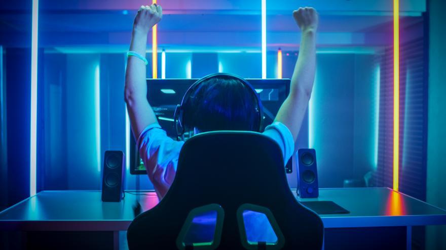 Brazos levantados partida videojuegos