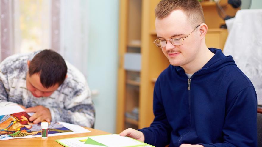 Persona con discapacidad intelectual leyendo