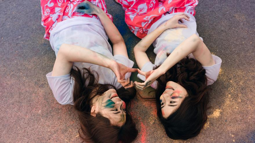 Jóvenes tumbadas con cara pintada