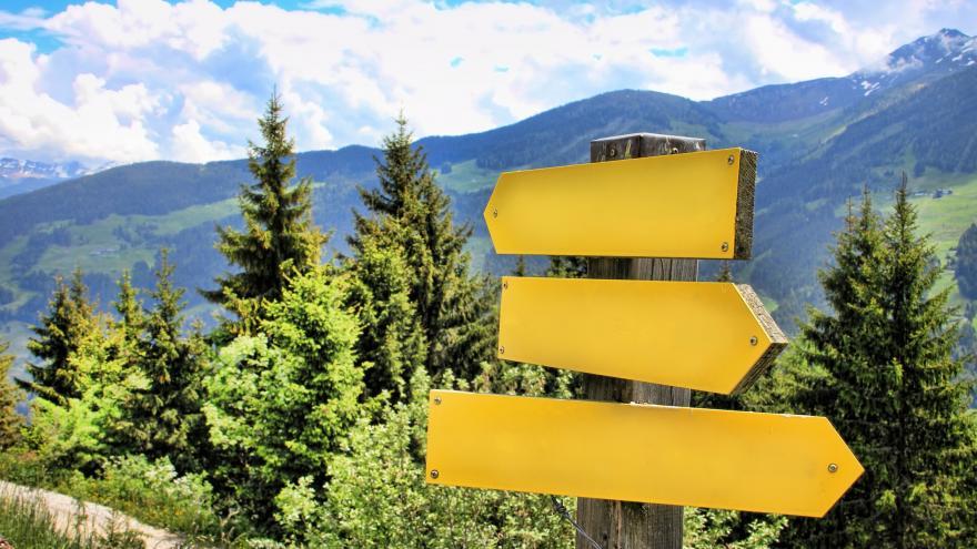 Flechas indicativas en paisaje de montaña