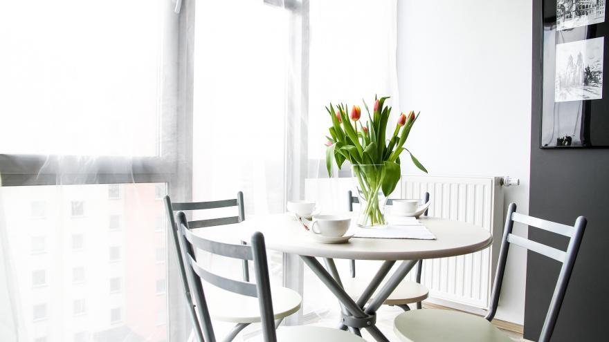 Imagen de una mesa con tulipanes