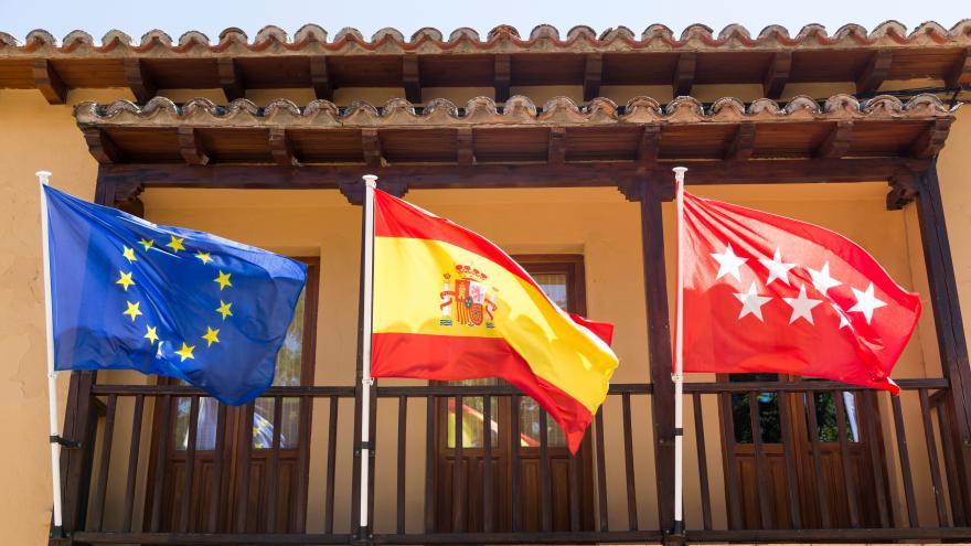 Banderas Europa España y Comunidad en de Madrid en el Ayuntamiento de La Hiruela