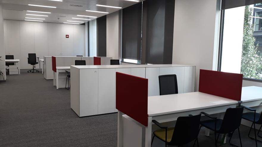 Varios puestos con mesa y sillas para atender a emprendedores