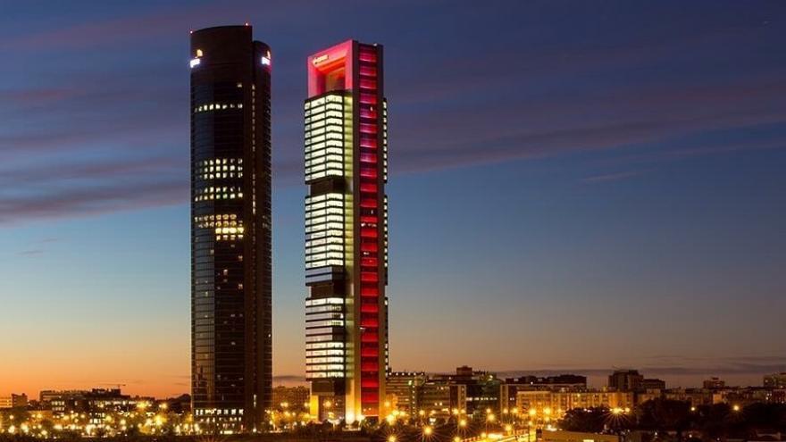 Imagen nocturna de las cuatro torres