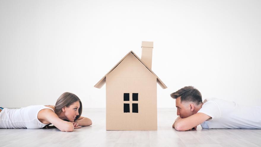 Imagen de una pareja mirando una casa